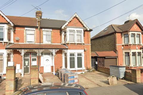 Studio to rent - Castleton Road, Ilford, IG3