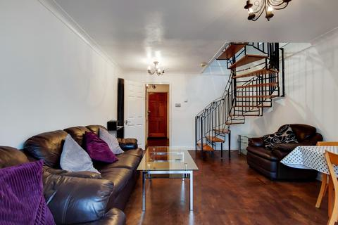 3 bedroom semi-detached house for sale - Giralda Close, Beckton, London  E16