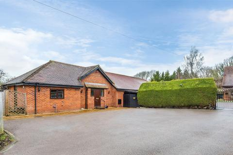 5 bedroom detached bungalow for sale - Honeypot Lane, Edenbridge, TN8