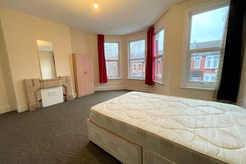 4 bedroom terraced house to rent - Hewitt Road, London N8