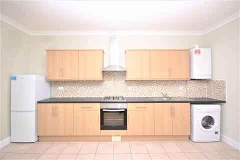 3 bedroom apartment to rent - Three Bedroom Second Floor Split Level Flat - Lea Bridge Road, Leyton, E10 (£1,500pcm)