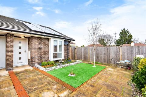 2 bedroom bungalow for sale - Southwood Close, Worcester Park