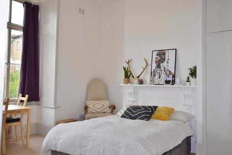 Studio to rent - St Stephens Avenue, Shepherds Bush, London W12 8JB