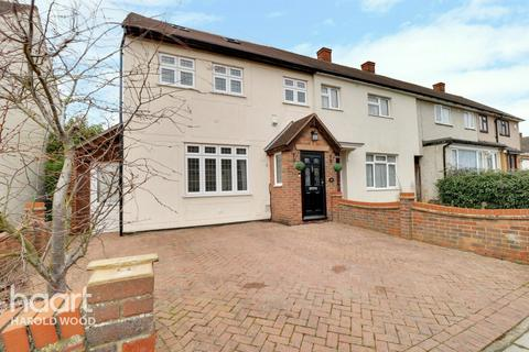 3 bedroom end of terrace house for sale - Chatteris Avenue, Romford
