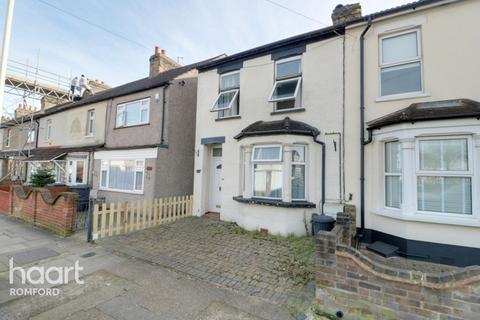 2 bedroom end of terrace house for sale - Marks Road, Romford