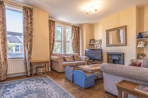 3 bedroom flat to rent - Penwith Road London SW18