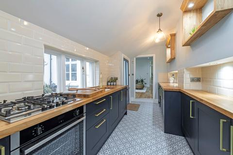 2 bedroom maisonette for sale - St. James's Drive, London, SW17