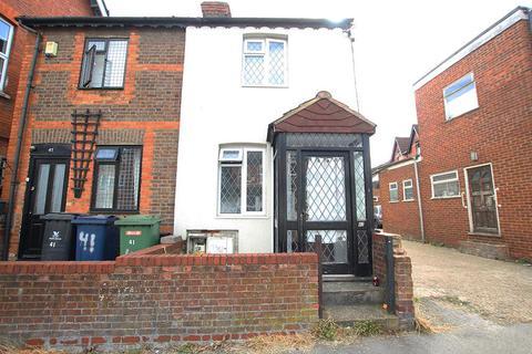 Studio to rent - Oakridge Road