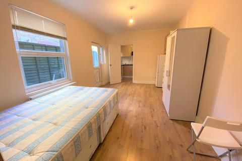 Studio to rent - Winslow Road, Hammersmith, London