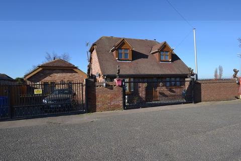 4 bedroom detached house for sale - Queenborough Road, Halfway, Sheerness