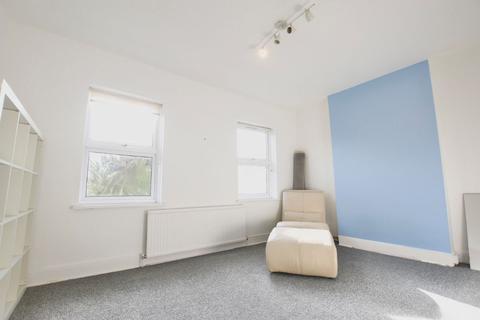 4 bedroom semi-detached house to rent - Vicarage Road, E10