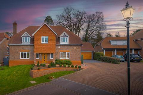 4 bedroom detached house for sale - Woodlands Gardens, Epsom Downs