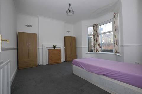 4 bedroom terraced house to rent - Warwick Road, London, Greater London. E15