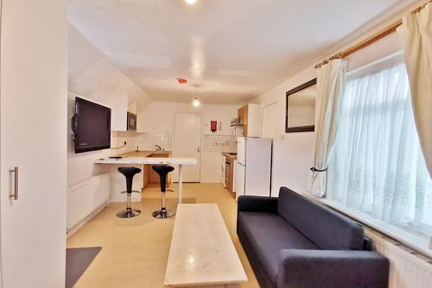 Studio to rent - Trent Gardens, Southgate N14