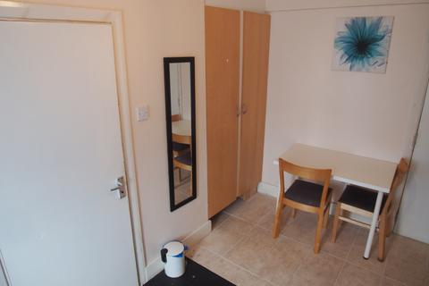 Studio to rent - London, N11