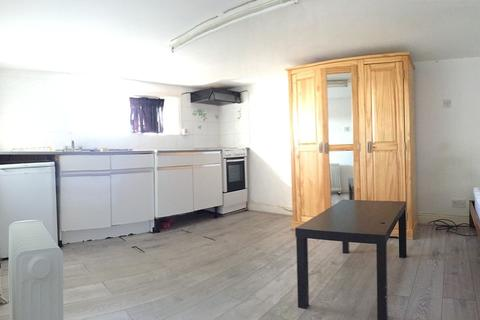 Studio to rent - Balfour Road, Ilford, IG1
