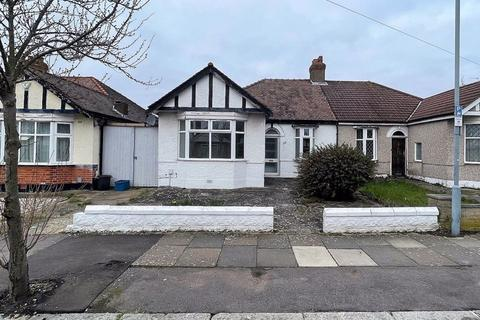 3 bedroom bungalow to rent - Kelston Road, Barkingside