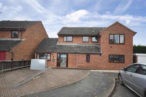 5 bedroom detached house for sale - Glastonbury Close, Kettering