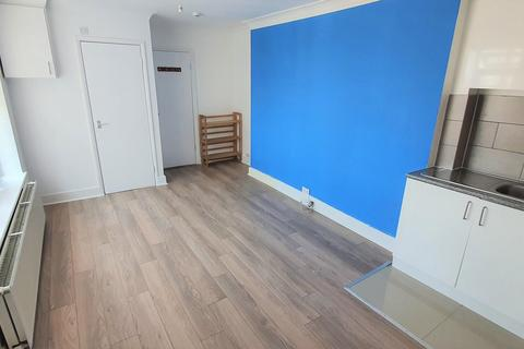 Studio to rent - Picardy Road
