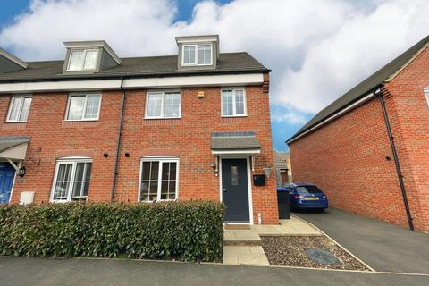 3 bedroom end of terrace house for sale - Mayfly Road, Northampton