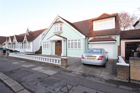 4 bedroom detached bungalow for sale - Gyllyngdune Gardens, Ilford, Essex, IG3