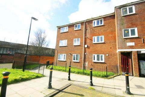 3 bedroom flat to rent - Pond Road, London, E15