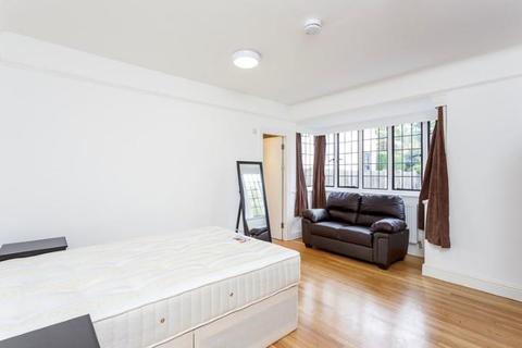 Studio to rent - Elm Avenue