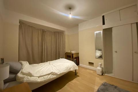 3 bedroom end of terrace house to rent - Kynaston Crescent,  Thornton Heath, CR7