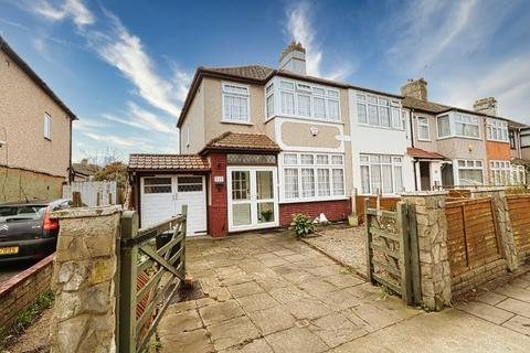 3 bedroom end of terrace house for sale - Crow Lane, Romford, RM7