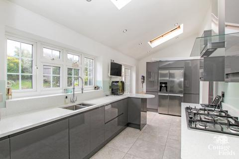 4 bedroom semi-detached house for sale - Roundhill Drive, Enfield, EN2 - Four Bedroom Semi- Detached Corner Plot