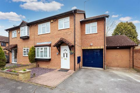 4 bedroom semi-detached house for sale - Moore Close, Cippenham