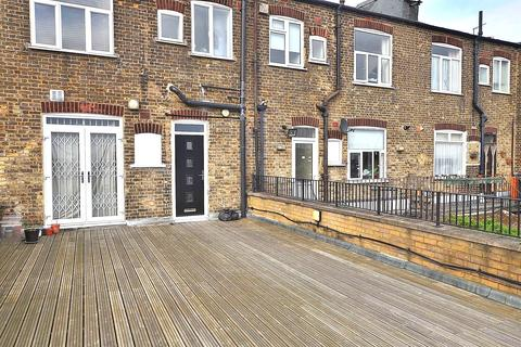 1 bedroom apartment to rent - Jubilee Parade, Snakes Lane, Woodford Green, IG8