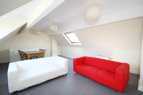 3 bedroom apartment to rent - SPEN LANE, WEST PARK, LEEDS, LS16 5BD