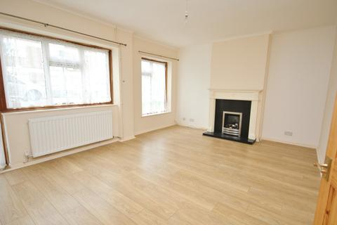 3 bedroom flat to rent - Durham Avenue, Gidea Park, RM2