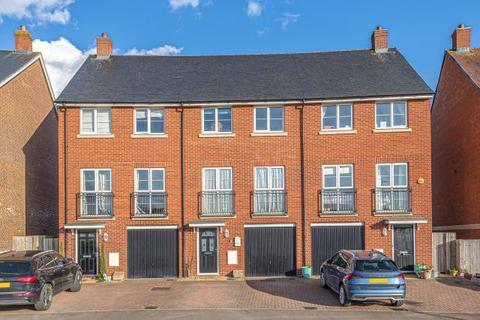4 bedroom terraced house for sale - Berryfields,  Aylesbury,  HP18