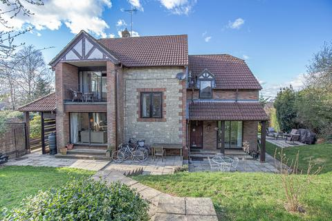 5 bedroom detached house for sale - Amberley Court, Common Road