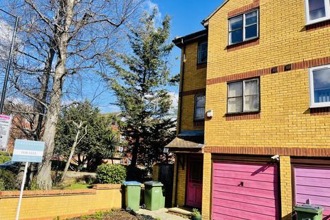 3 bedroom semi-detached house for sale - Ruston Road,  London, SE18
