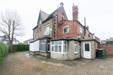 6 bedroom end of terrace house for sale - Hollyshaw Lane, Leeds, LS15