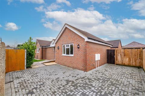 2 bedroom detached bungalow for sale - Parkhurst Road, Horley