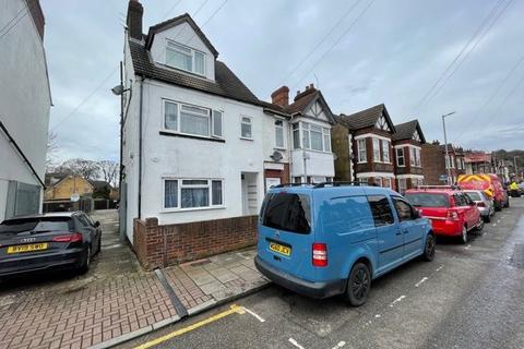 Studio to rent - Clarendon Road