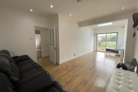 3 bedroom bungalow to rent - Lyndhurst Avenue, Pinner