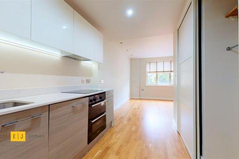 Studio to rent - Charteris Road, Woodford Green