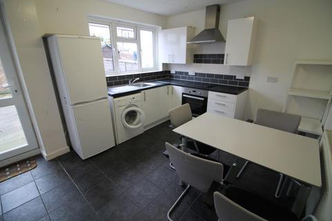 4 bedroom terraced house to rent - Cundy Road, London, E16