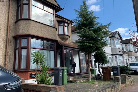 4 bedroom terraced house to rent - Sandringham Road IG11