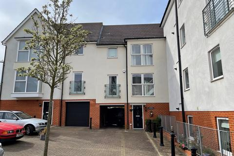3 bedroom townhouse for sale - Montfort Drive, Great Baddow, Chelmsford, CM2
