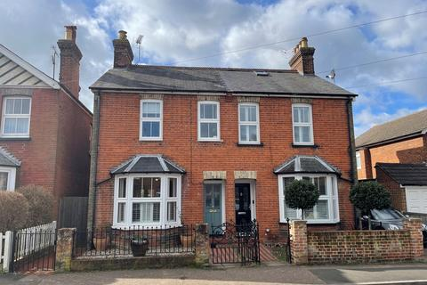 3 bedroom semi-detached house for sale - New Road, Great Baddow, Chelmsford, CM2