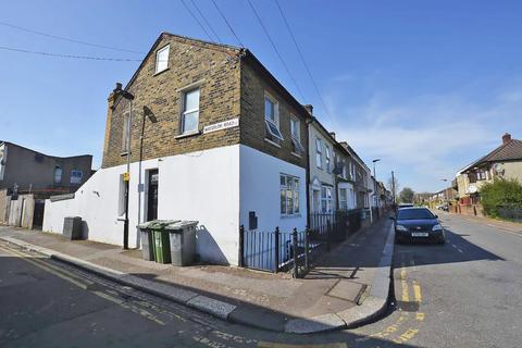 4 bedroom end of terrace house for sale - Wellington Road, London, E7