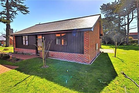 2 bedroom detached bungalow for sale - Chapel Road, Carlton Colville