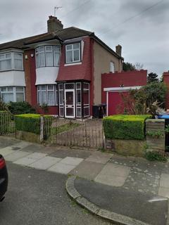 3 bedroom end of terrace house for sale - Kendal Avenue, Edmonton, London, N18