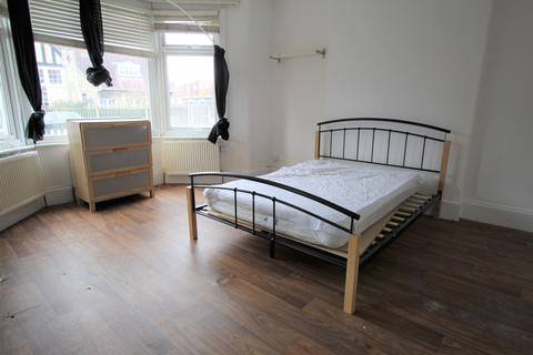 3 bedroom maisonette to rent - Hazelwood Lane, N13 - Newly Refurbished Ground Floor Maisonette With Three Double Bedrooms and Private Garden.